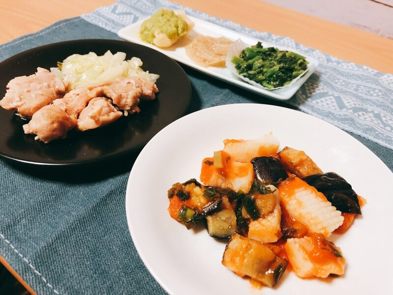 鶏肉の柚子胡椒焼きといかのチリソースをお皿に盛り付けてみた